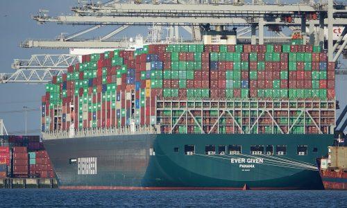 Zaseknutá kontajnerová loď Ever Given, ktorá zablokovala v marci 2021 Suez